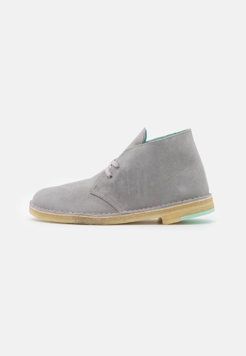Clarks Originals - DESERT BOOT - Stringate sportive - grey combi