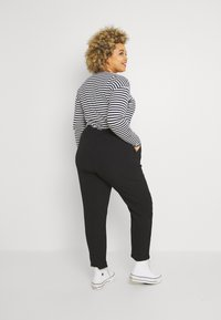 ONLY Carmakoma - CARLUXINA LOOSE PANT SOLID - Bukse - black - 2