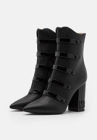 MOSCHINO - Kotníková obuv na vysokém podpatku - nero - 2