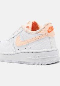 Nike Sportswear - FORCE 1  - Baskets basses - white/crimson tint/hyper crimson - 6