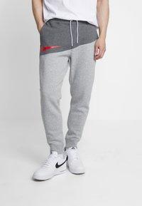 Nike Sportswear - Pantalon de survêtement - charcoal heathr/dark grey heather/university red - 0