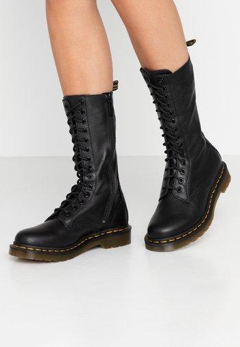 VIRGINIA - Stivali con i lacci - black