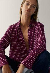 Massimo Dutti - MIT GEOMETRISCHEM PRINT  - Overhemdblouse - bordeaux - 5