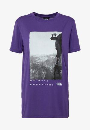 WOMAN DAY TEE - T-shirts med print - peak purple