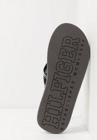 Tommy Hilfiger - LOGO TAPE BEACH  - Sandály s odděleným palcem - black - 4
