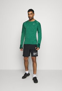 Nike Performance - SPHERE ELEMENT CREW 3.0 - Fleece jumper - pro green/lucky green - 1