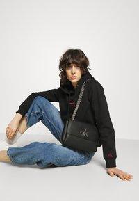 Calvin Klein - FLAP XBODY - Sac bandoulière - black - 0