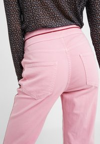 Current/Elliott - THE PIPED 5-POCKET MARITIME PANT - Jeans baggy - sea pink - 5