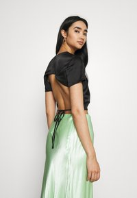 Missguided - CUT OUT BACK TIE CROP - Print T-shirt - black - 0