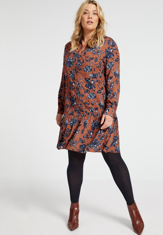 MIT BLUMENPRINT  - Robe chemise - caramel brown gemustert