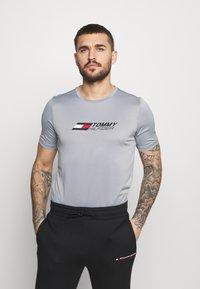 Tommy Hilfiger - ESSENTIALS TRAINING TEE - T-shirt con stampa - grey - 0