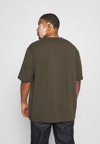 Lyle & Scott - CREW NECK - T-shirt basic - trek green - 2