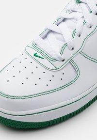 Nike Sportswear - AIR FORCE 1 UNISEX - Trainers - white/pine green - 5