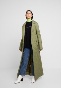 House of Holland - LONGLINE QUILTED TAILORED - Cappotto classico - khaki - 1
