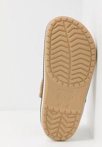 Crocs - CROCBAND BOTANICAL PRINT - Drewniaki i Chodaki - tan/white - 4