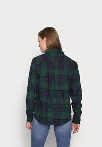 GAP Petite - EVERYDAY - Button-down blouse - blackwatch plaid - 2