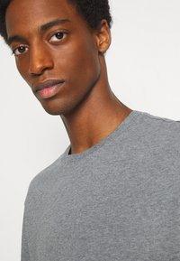 Selected Homme - SLHLOOSEGILMAN O NECK TEE - Basic T-shirt - medium grey melange - 5