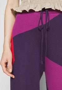 HOSBJERG - CORSA PANTS - Trousers - purple/orange - 5