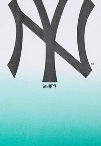 New Era - NEW YORK YANKEES MLB DIP DYE TEE - Klubové oblečení - white/turquoise - 2