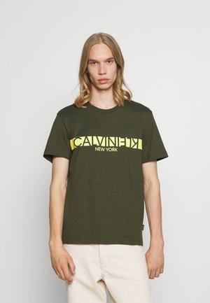 REVERSED CHEST - T-shirt med print - dark olive
