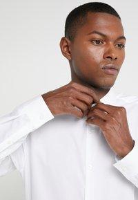 HUGO - ERRIKO EXTRA SLIM FIT - Formální košile - open white - 4