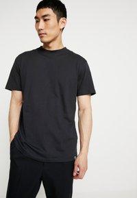 Minimum - AARHUS - Basic T-shirt - black - 0