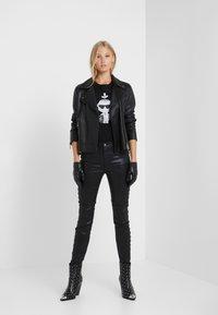 KARL LAGERFELD - KARL'S TREASURE KNIGHT T-SHIRT - Print T-shirt - black - 1