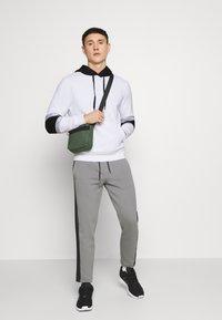 Calvin Klein Jeans - BLOCKING LOGO TAPE HOODIE - Sweat à capuche - bright white - 1
