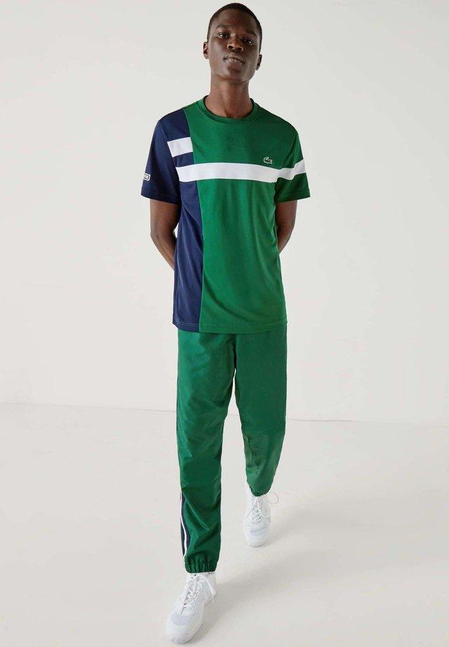 TH2070 - T-shirt con stampa - vert / bleu marine / blanc / blanc