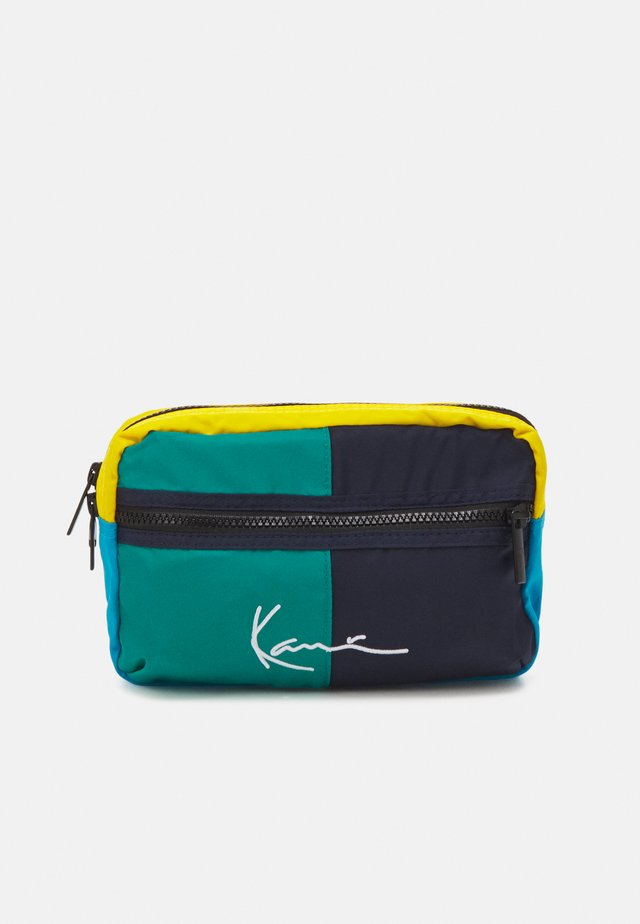 SIGNATURE BLOCK HIP BAG UNISEX - Taška spříčným popruhem - green