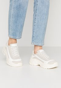 NA-KD - CHUNKY PROFILE TRAINERS - Matalavartiset tennarit - offwhite - 0