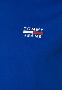 Tommy Jeans - CHEST LOGO TEE - T-shirt med print - blue - 2