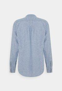 DOCKERS - BAND COLLAR  - Skjorta - stoker sunset blue - 1