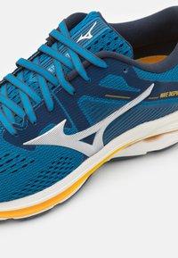 Mizuno - WAVE INSPIRE 17 - Stabiliteit hardloopschoenen - mykonos blue/silver/saffron - 5