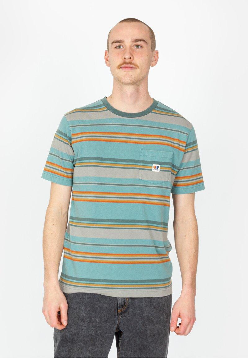 Brixton - HILT ALTON POCKET - Print T-shirt - aqua cloud wash