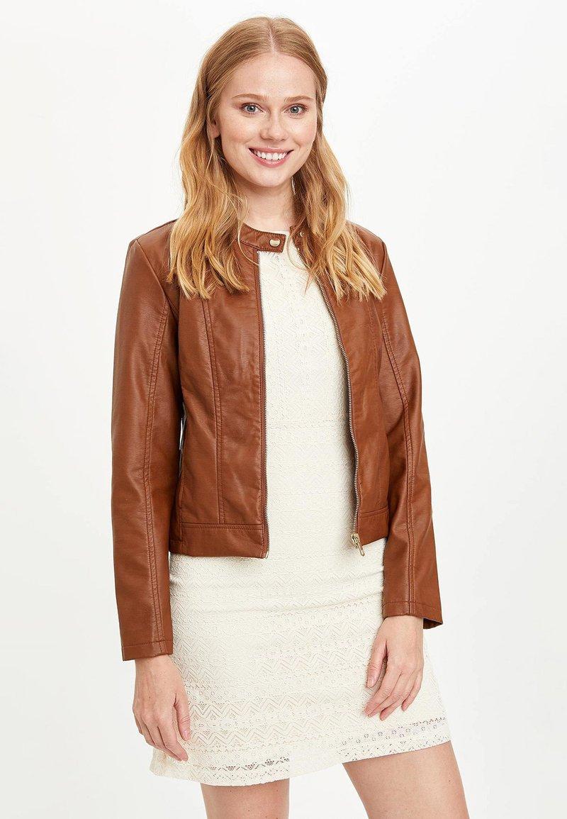 DeFacto - Veste en similicuir - brown