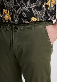 Blend - Trousers - olive night green - 5