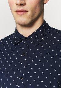 Scotch & Soda - REGULAR FIT CLASSIC PRINTED POPLIN - Overhemd - dark blue - 6