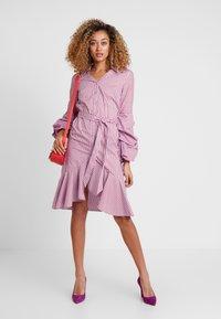 Apart - STRIPED DRESS - Robe chemise - lavender/red - 2