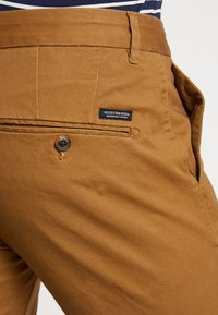Scotch & Soda - MOTT CLASSIC SLIM FIT - Chino - walnut - 5
