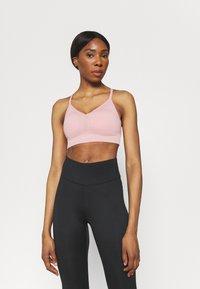 Nike Performance - INDY SEAMLESS BRA - Reggiseno sportivo con sostegno leggero - pink glaze/white - 0