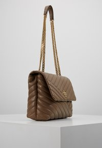 Tory Burch - KIRA CHEVRON CONVERTIBLE SHOULDER BAG - Bolso de mano - classic taupe - 3