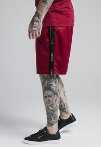 SIKSILK - SHADOW LOOSE FIT - Shorts - deep red/black - 4