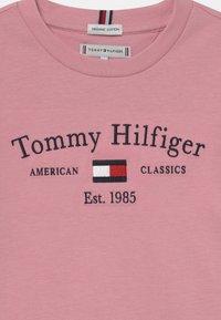 Tommy Hilfiger - ARTWORK TEE UNISEX - Long sleeved top - pale primrose - 2