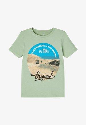 NKMKALMARO BOX - Camiseta estampada - basil