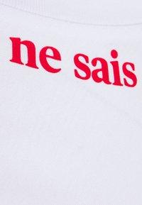 Les Petits Basics - CE JE EN SAIS QUOI UNISEX - Print T-shirt - white/red - 2