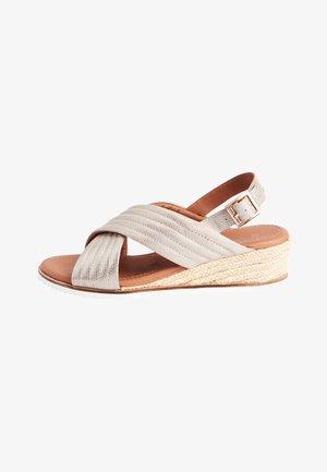 NAVY FOREVER COMFORT® QUILTED WEDGES - Sandály na klínu - metallic grey