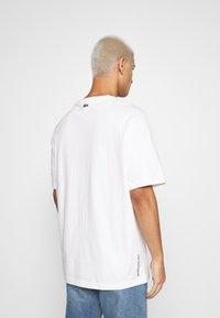 Lacoste LIVE - UNISEX - T-shirt basic - flour/black - 2