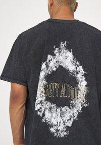 Night Addict - SMOKE - T-shirt med print - acid wash - 4