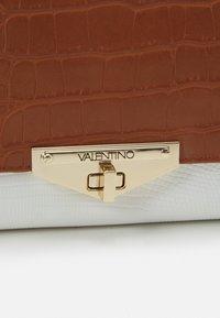 Valentino Bags - ABBY - Across body bag - cuoio/multicolor - 4